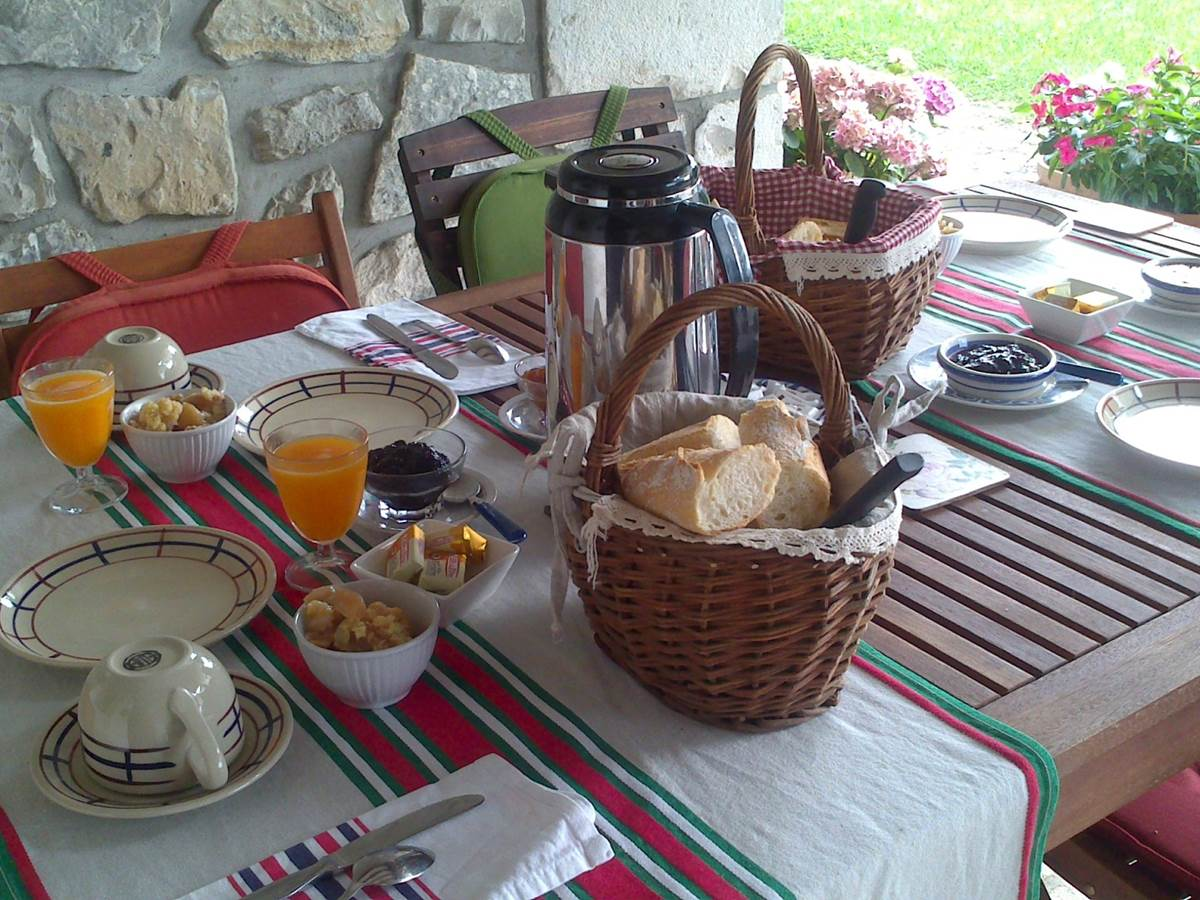 Petit déjeuner sur le lorio  à Irazabala
