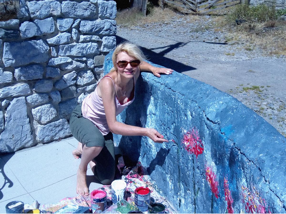 Valérie LAVRUT, artiste peintre décore pour votre plaisir le mur de notre terrasse avant
