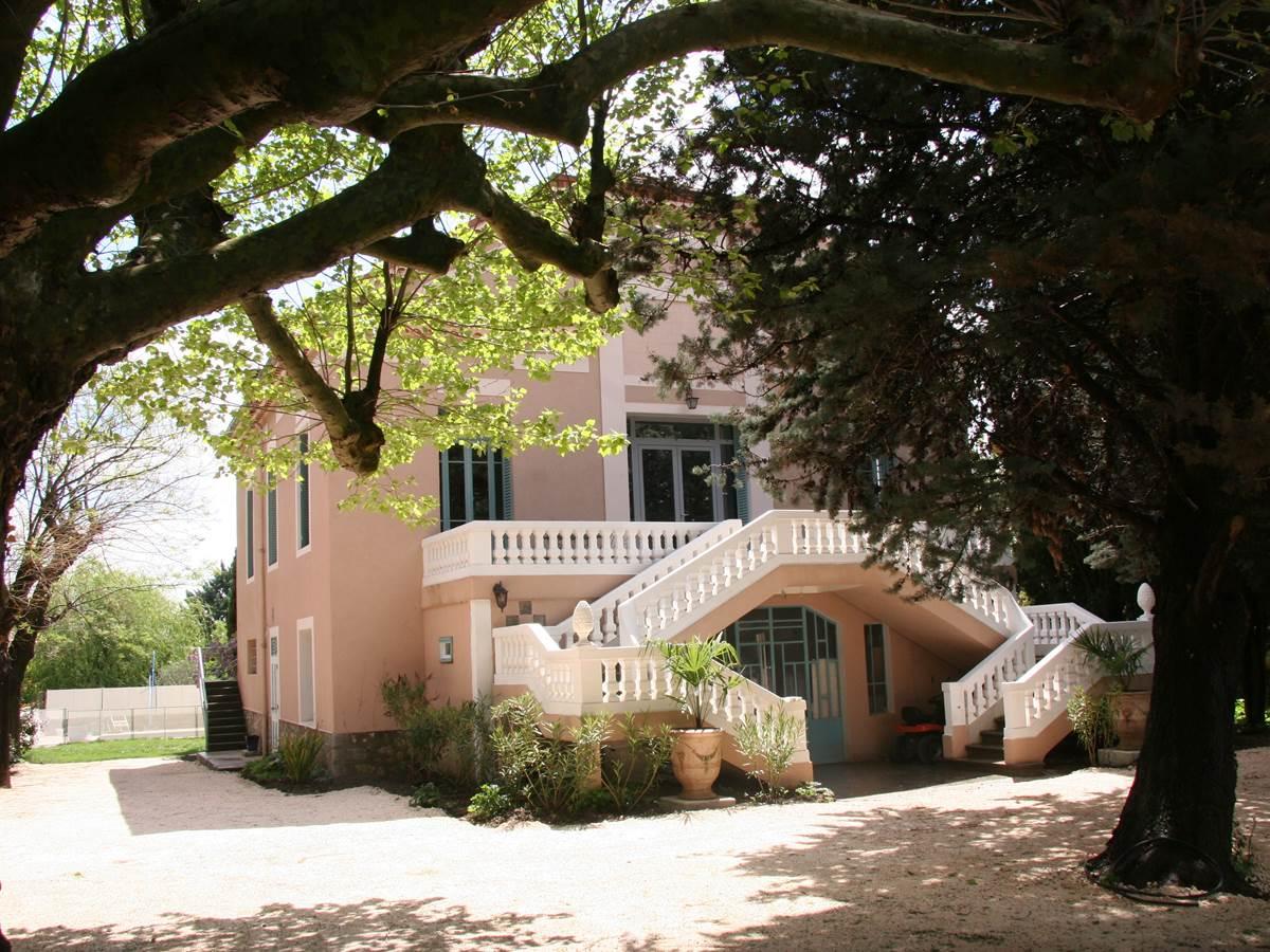 Le petit village de Combas où se situe la Villa Hanna a 600 habitants. Vous y trouverez le calme et la sérénité.