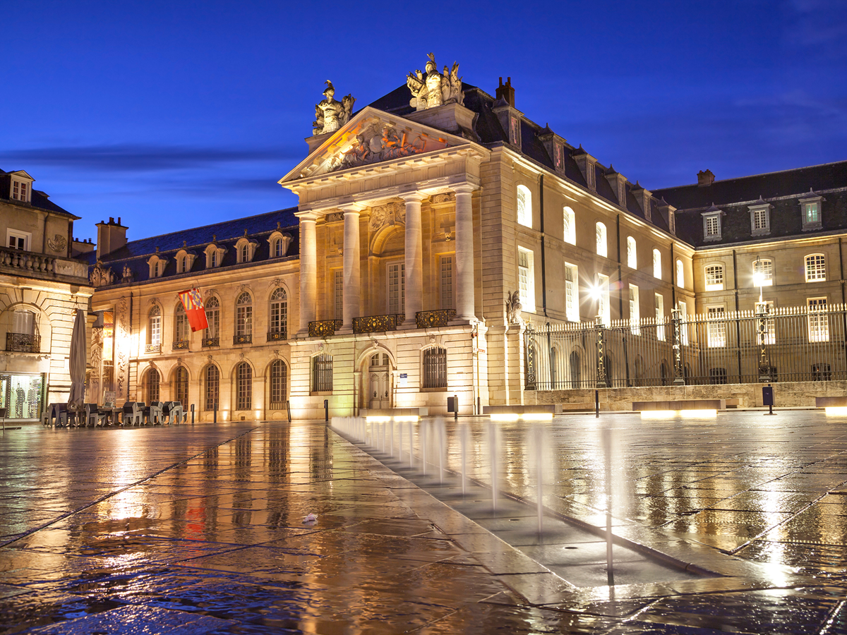 L'hôtel de ville de Dijon vu depuis la place de la Libération
