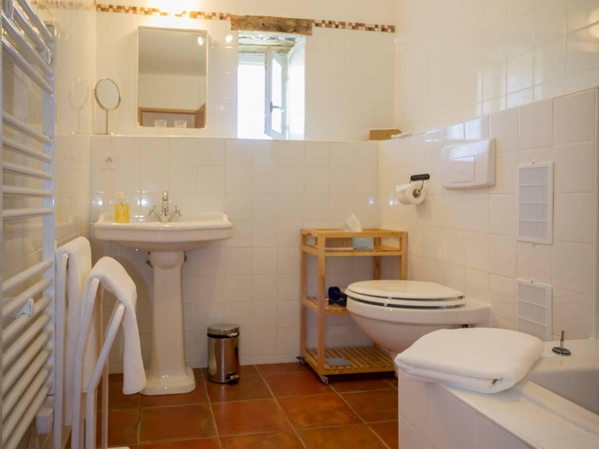 la salle de bains avec baignoiredouche