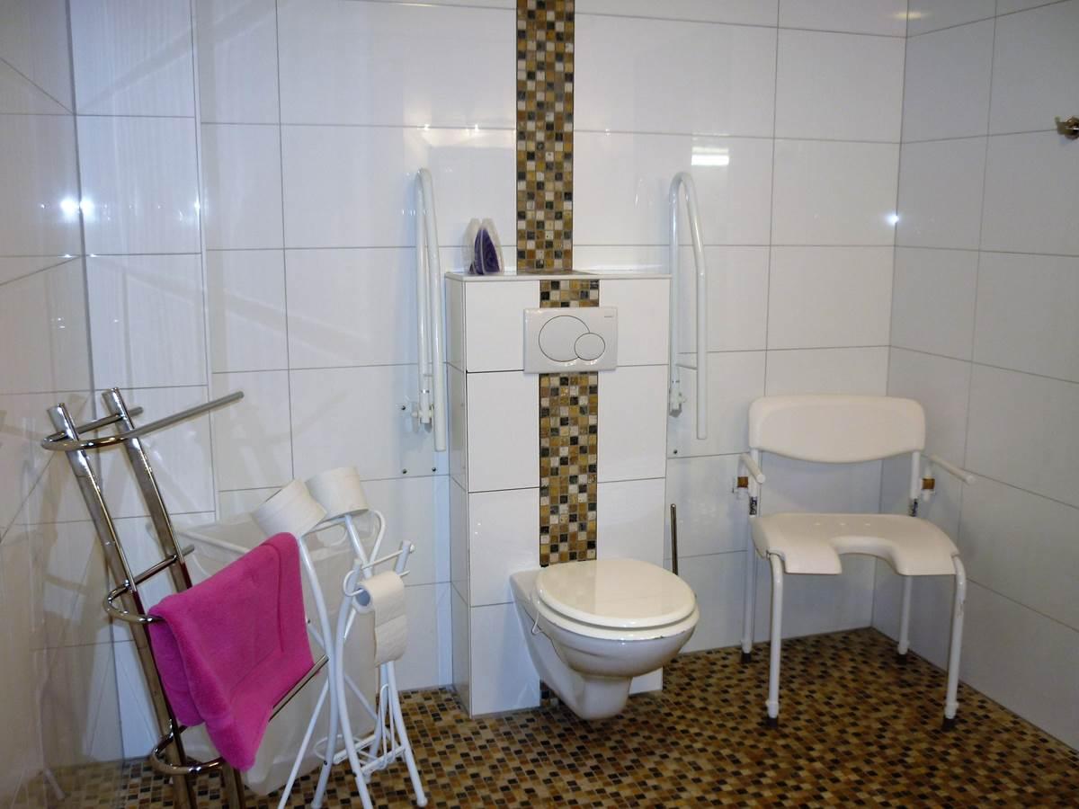 la salle de douche privée pour la chambre PMR du rez de chaussée