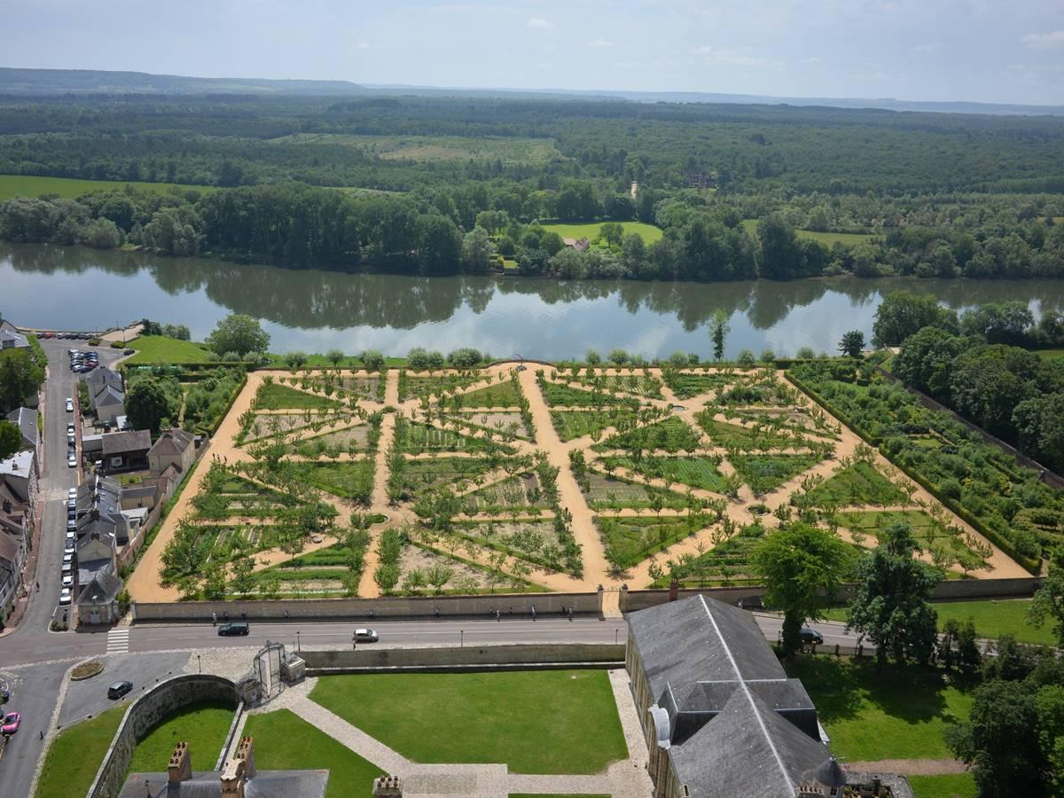 Vue panoramique des jardins à La Roche Guyon