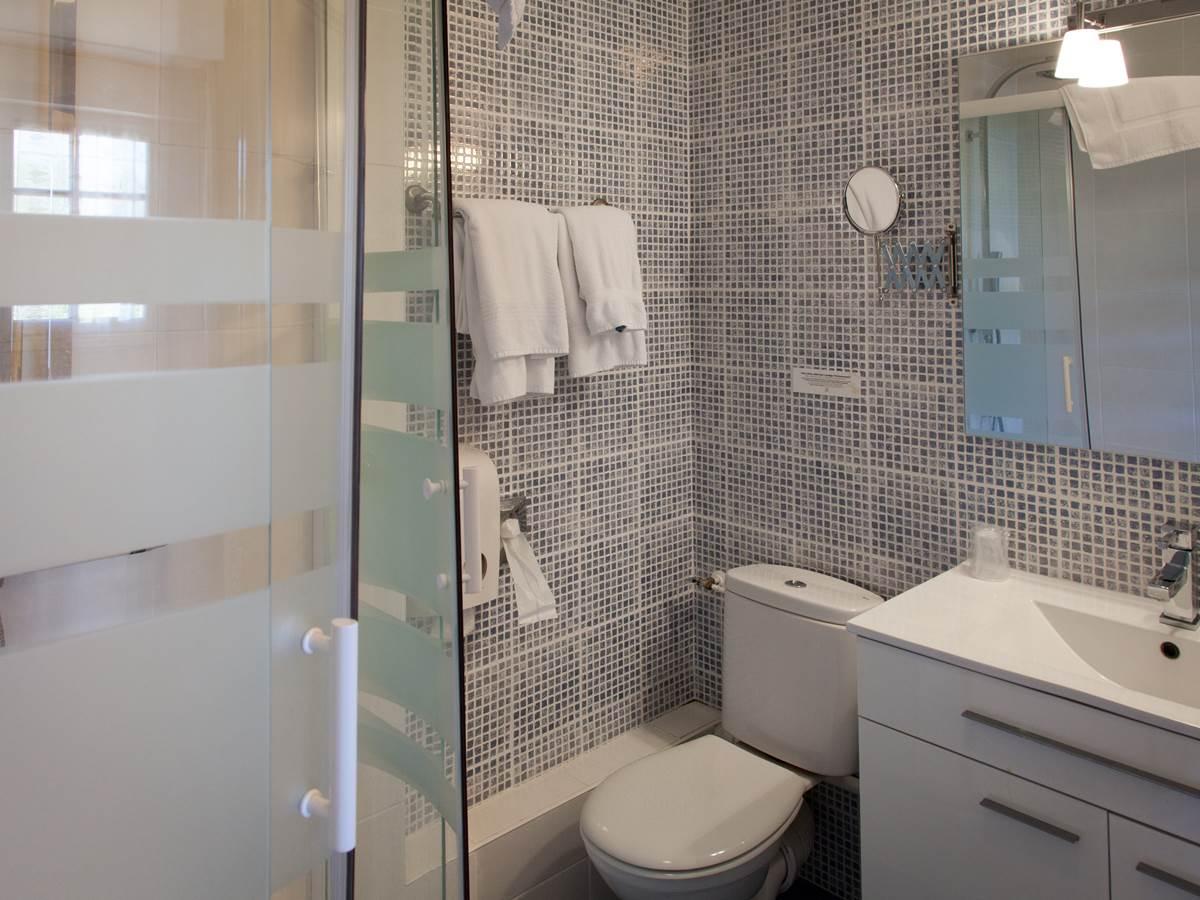 Salle de bain chambre supérieure Hotel de Kerlon Plouhinec Morbihan