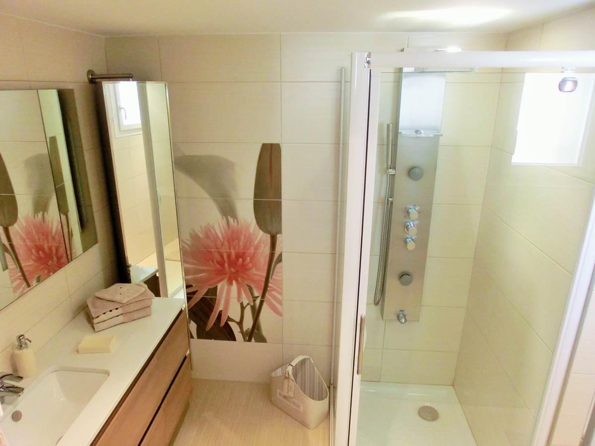 Salle de bain chambre double Portissol en rez de jardin aperçu mer à Bandol dans le Var