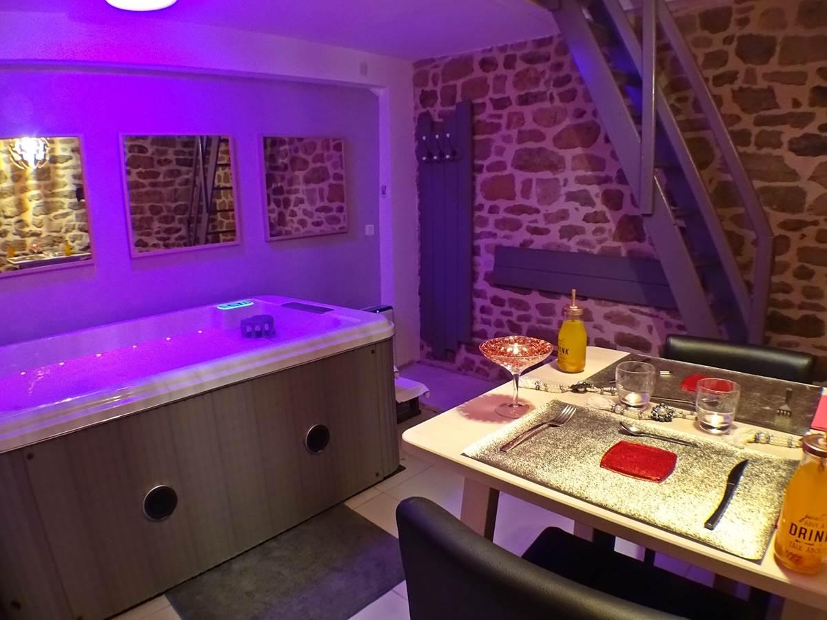 Les Instants Voles - Suite Glamour - Diner en amoureux pres du jacuzzi