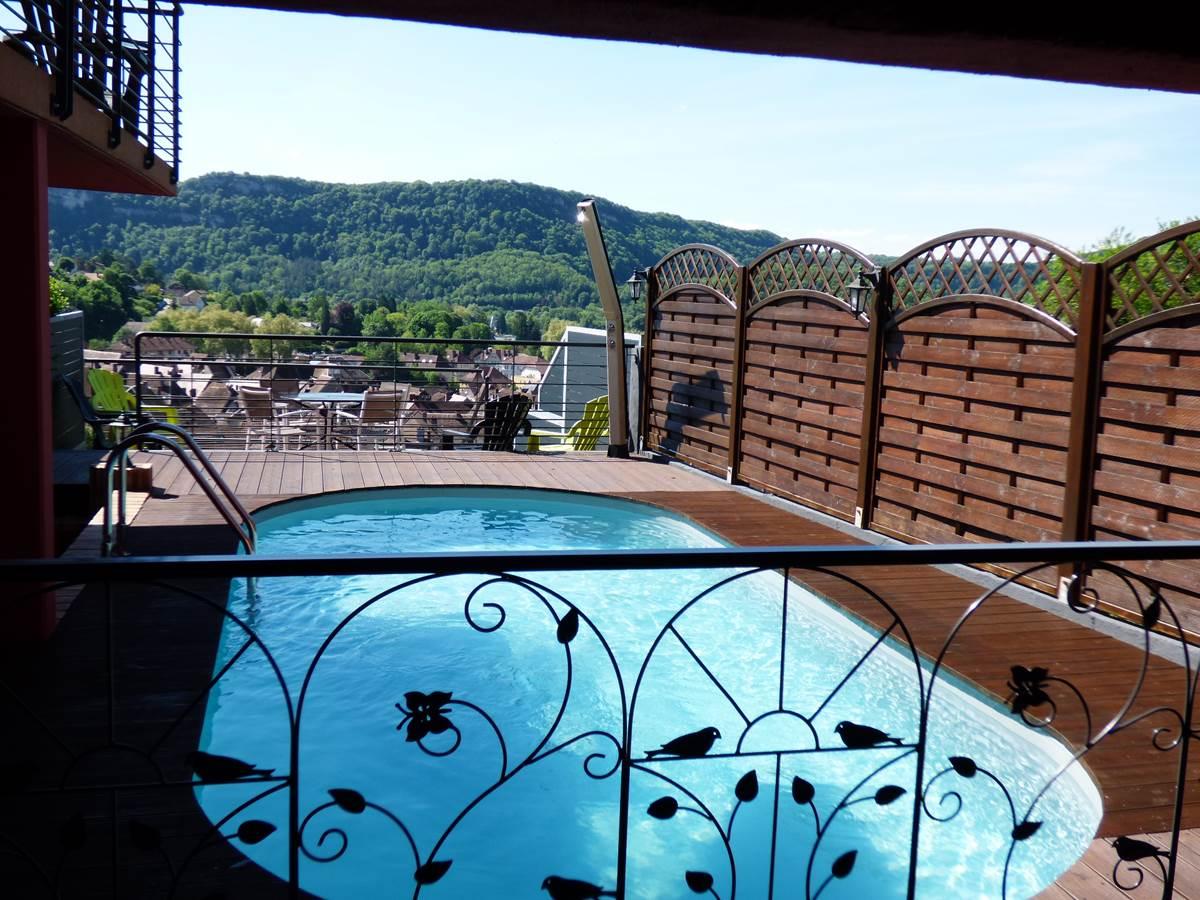 Vue piscine Emmanuelle Chambres d'Hôtes La Colline aux Yeux Doubs