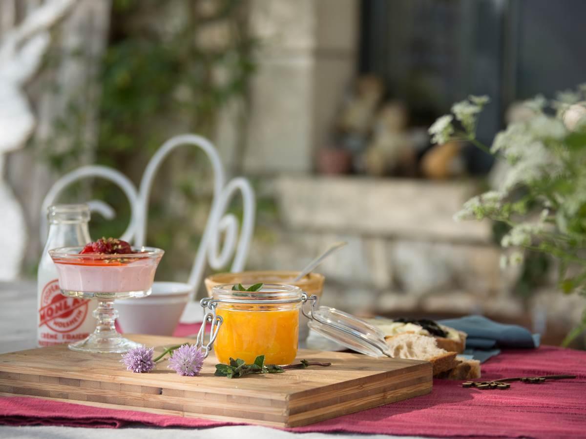 table d'hôte sur la terasse en vallée de la Dordogne