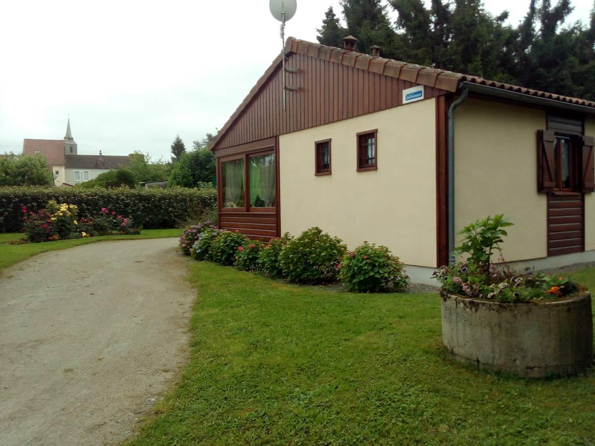 Gîte Les rosiers, côté rue, Arnac-La-Poste en Haute-Vienne, Nouvelle Aquitaine