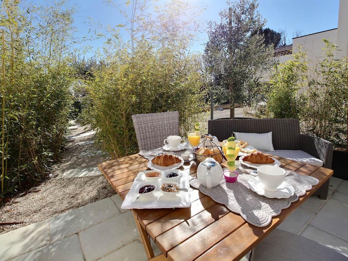 petit déjeuner gourmand terrasse confitures maison chambre hôtes flayosc var provence piscine
