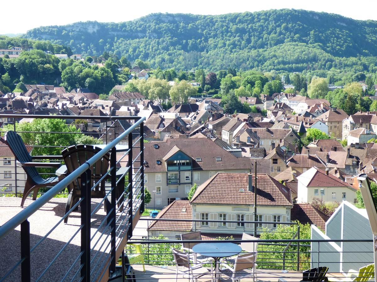 Vue ville petite terrasse Chambres d'Hôtes La Colline aux Yeux Doubs
