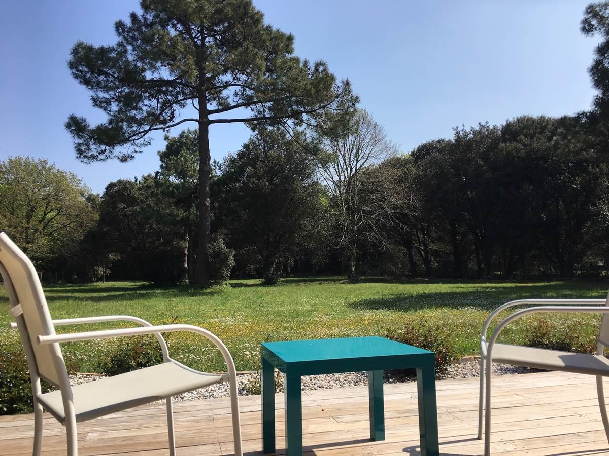 La terrasse privée offre une vue dégagée sur le parc