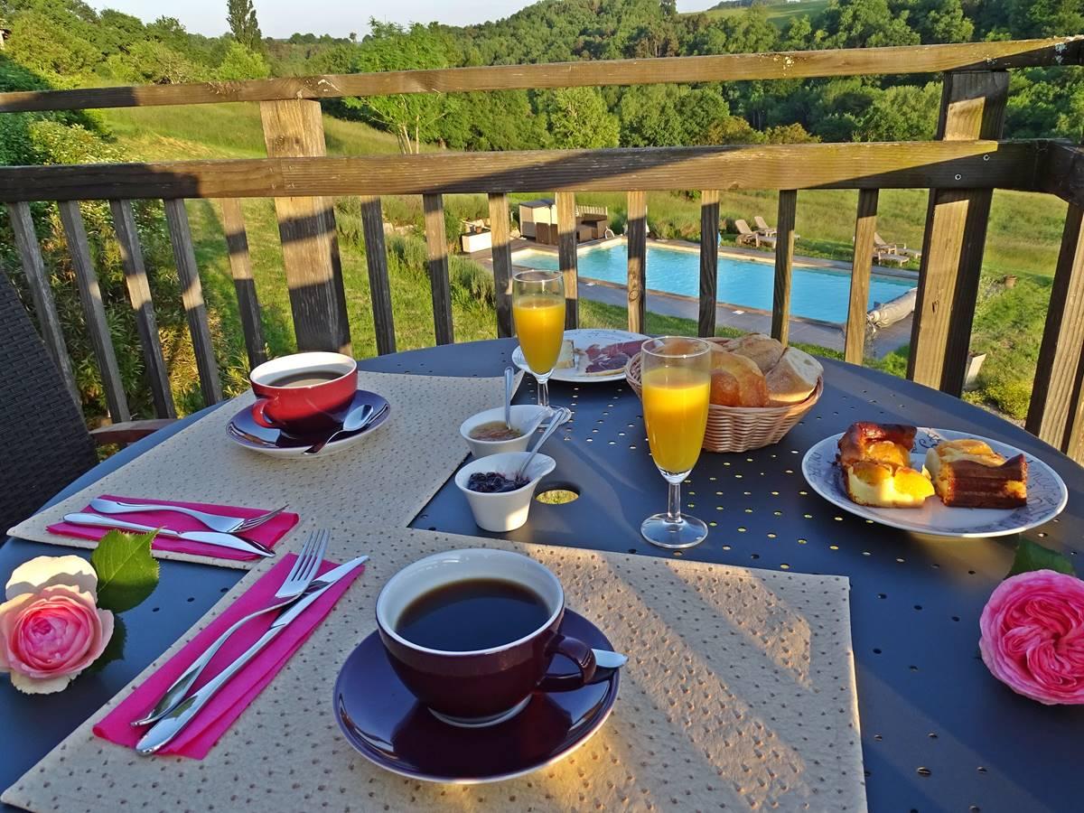 les instants voles jacuzzi privatif - Petit-déjeuner face à la piscine