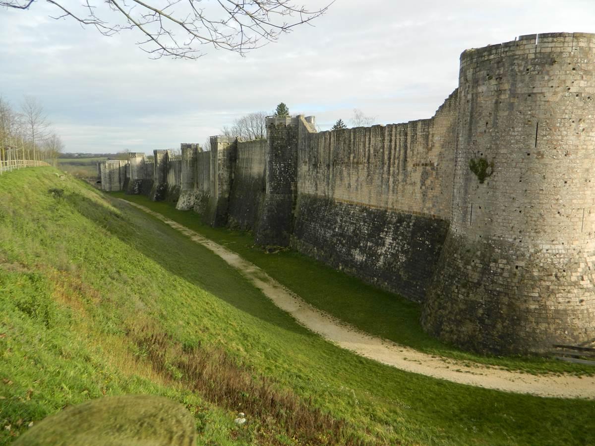 Muraille du 12e siècle à Provins 20km