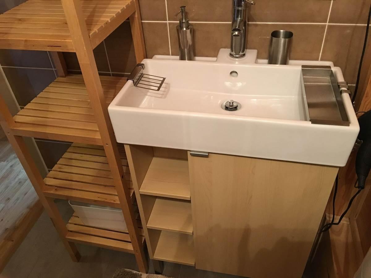 salle d'eau avec lavabo - rangements