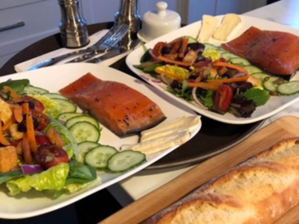 Assiette de saumon avec salade