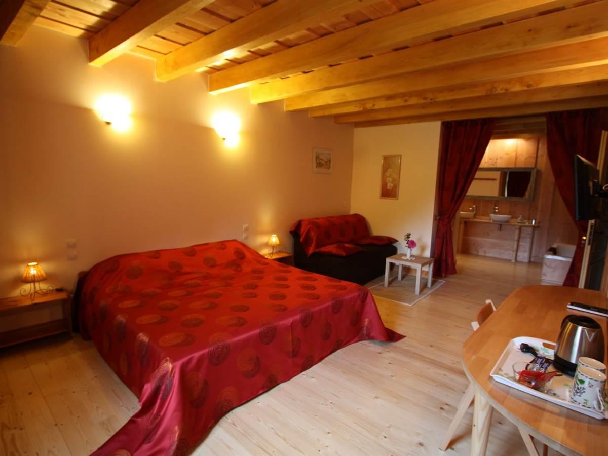 Vue d'ensemble de la chambre « Rubis » avec espace salon, TV, WIFI, Tisanerie