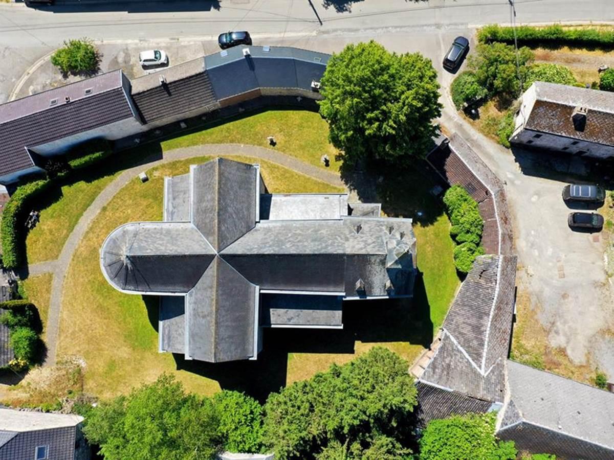 La toiture et l'espace vert de l'église jouxtant le gîte
