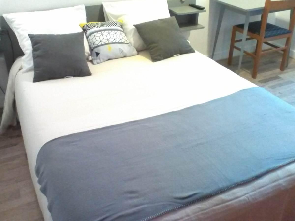 lit avec coussins et chemin de lit