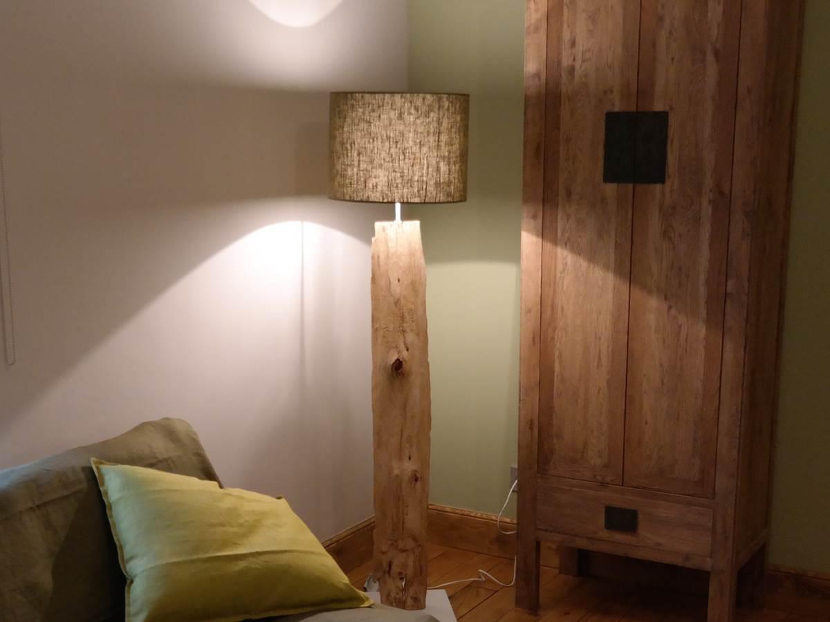 Lampe et canapé