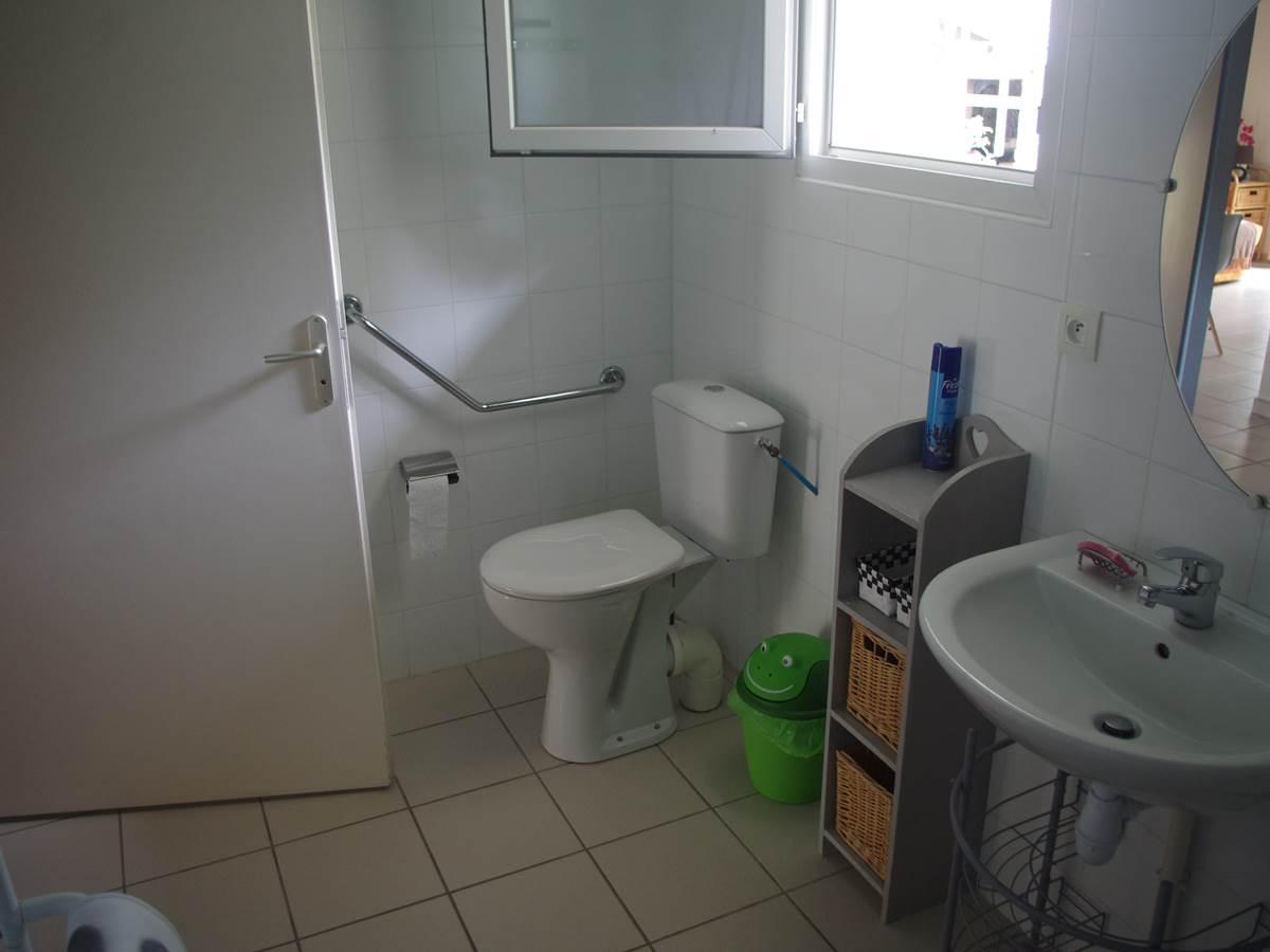 salle d'eau adaptée aux personnes à handicap