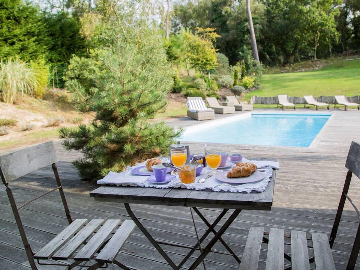 Petit déjeuner au bord de la piscine chauffée