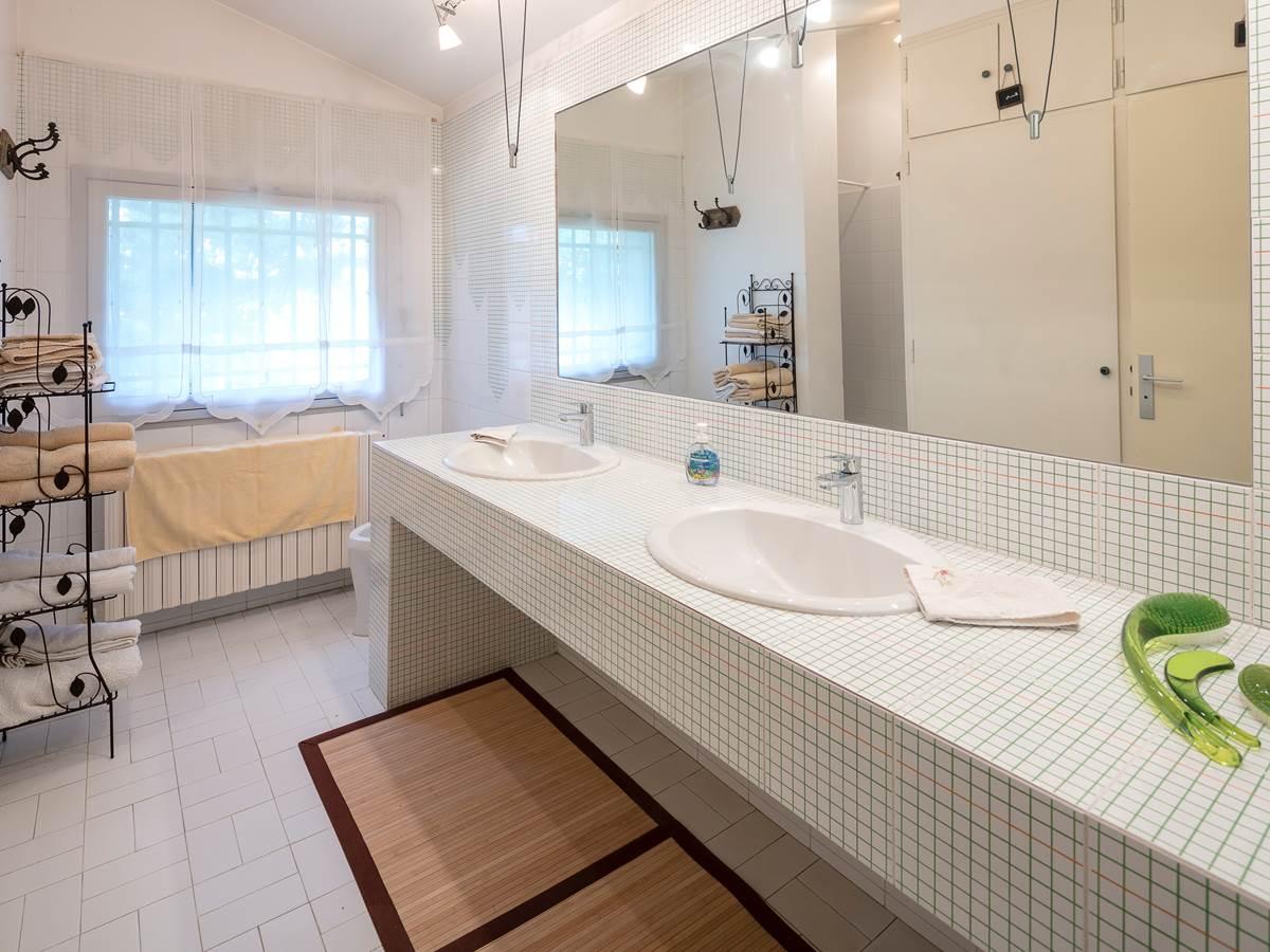 Salle d'eau 1er étage. Douche. 2 lavabos. Bidet