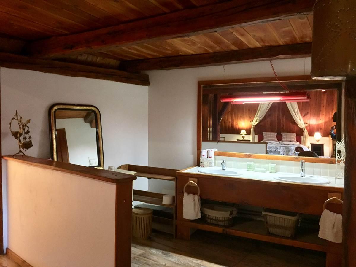 Salle de bain ouverte avec double vasque