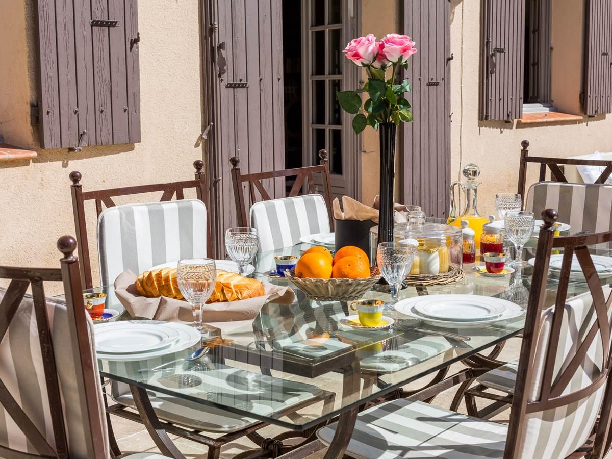 Petit déjeuner au soleil sur votre terrasse privative