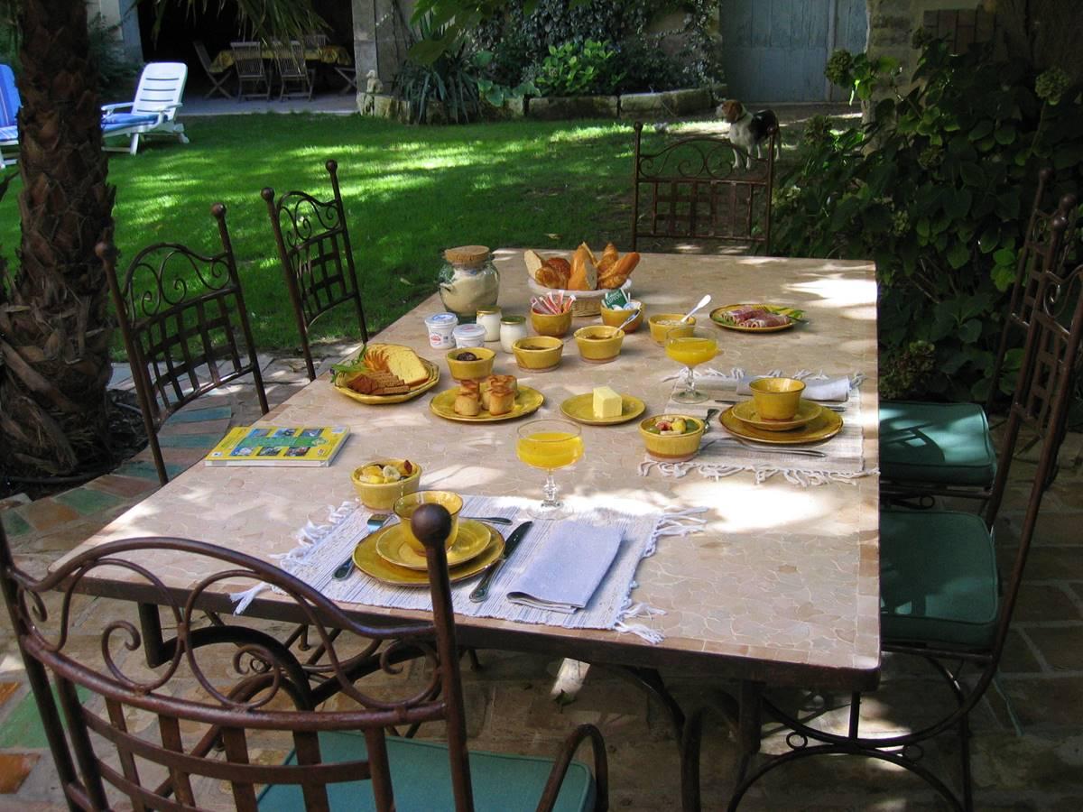 Petit-déjeuner estival en terrasse