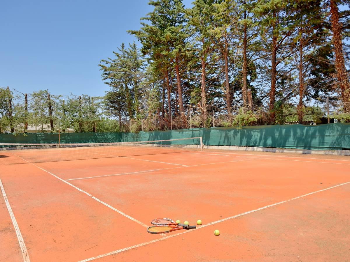 Terrain de tennis au mas Saint-Ange