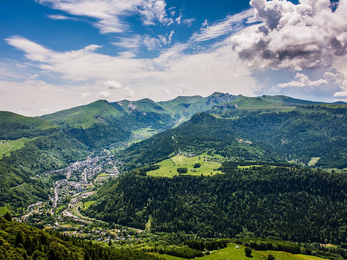 La ville du Mont-doré et le massif du Sancy