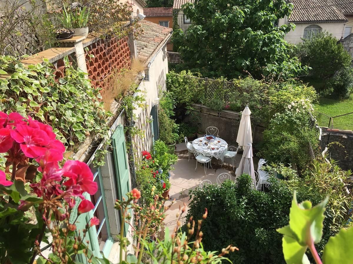 la terrasse fleurie pour petits-déjeuners et dîners