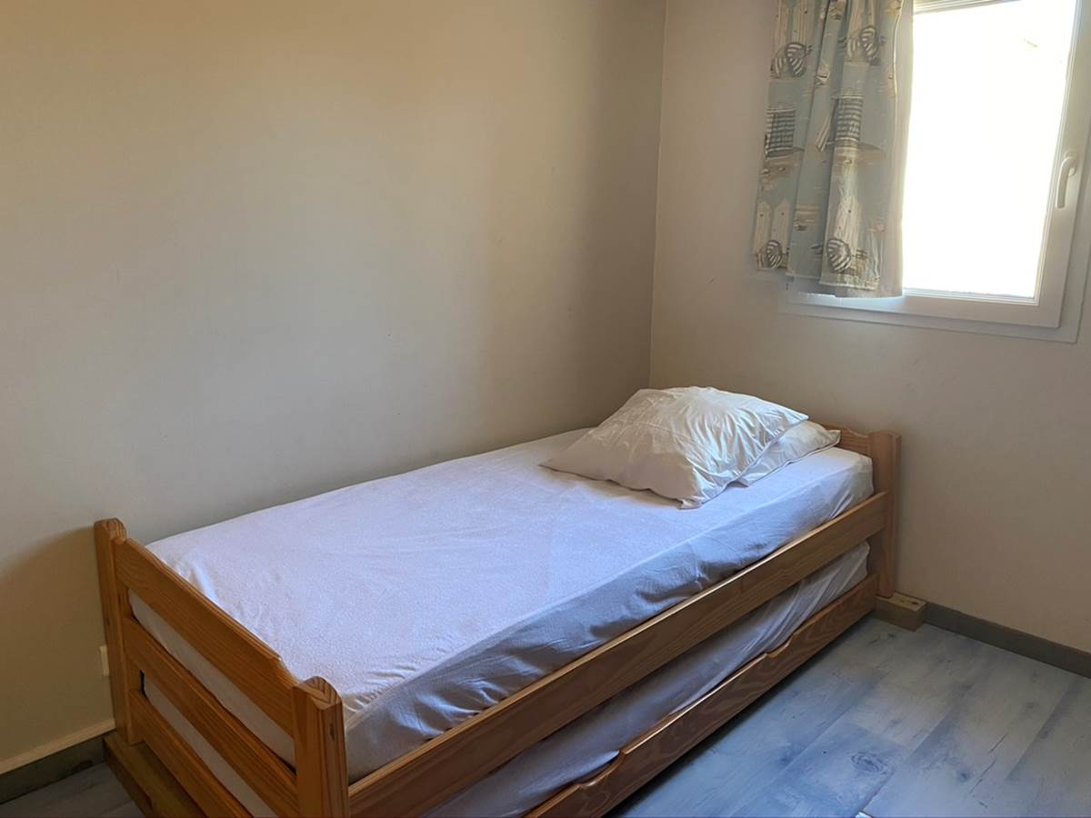 Espace nuit avec lit gigogne comprenant 2 lits de 90