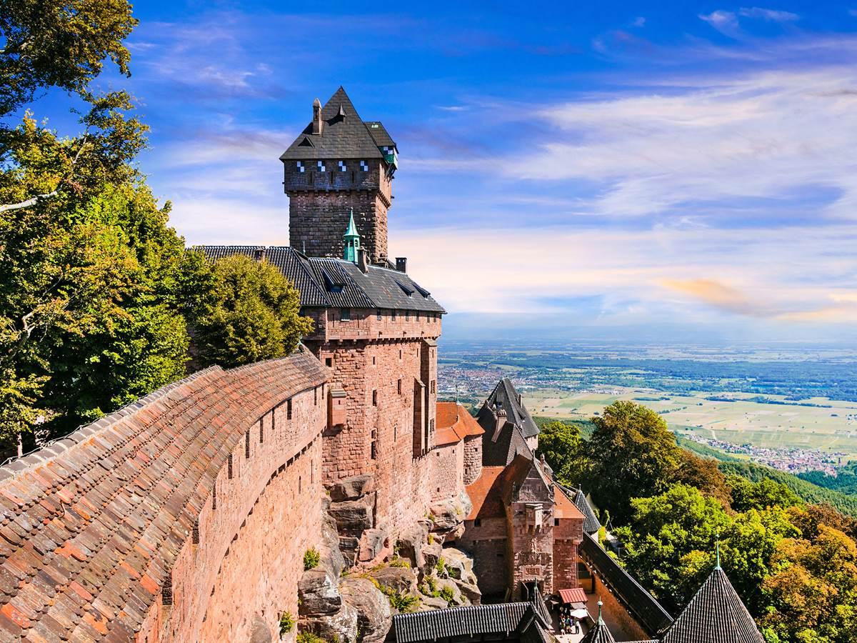 Le château fort du Haut-Koenigsbourg offre un panorama exceptionnel sur La Plaine d'Alsace, Les Vosges, La Forêt-Noire et parfois même Les Alpes.