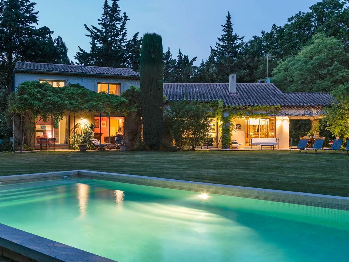 La Villa Oustal de nuit. Eclairage du Parc et sa piscine