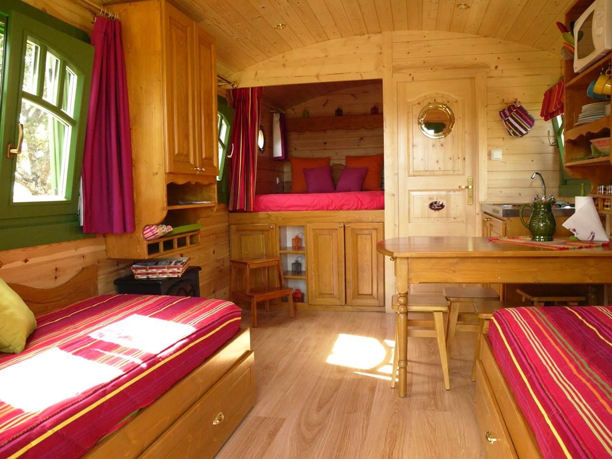 intérieur coté couchage, cuisine et sanitaire