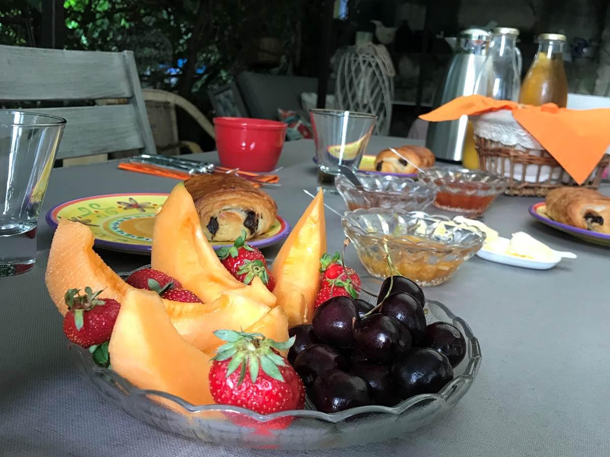 Le Mas Mellou  Petit déjeuner en terrasse