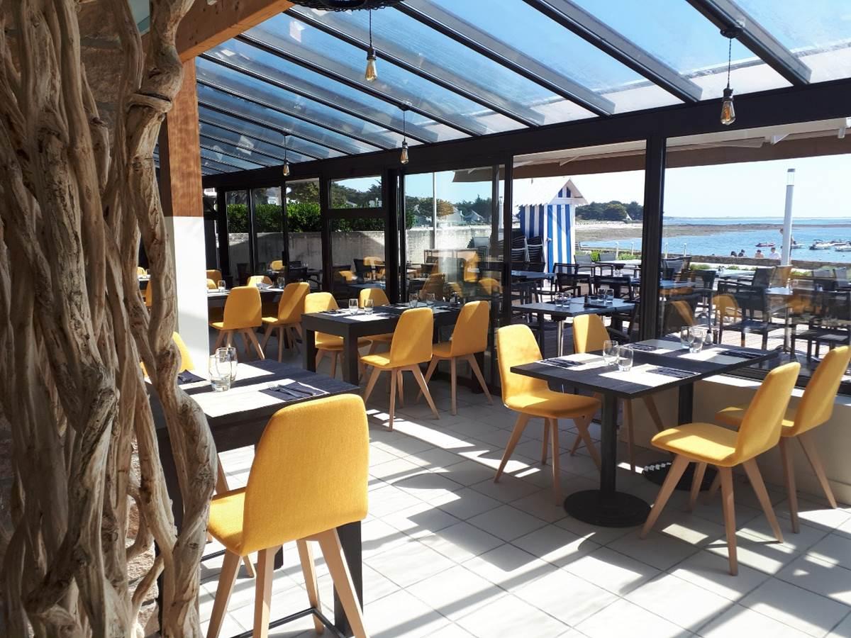 Salle de restaurant principale avec vue panoramique sur le port