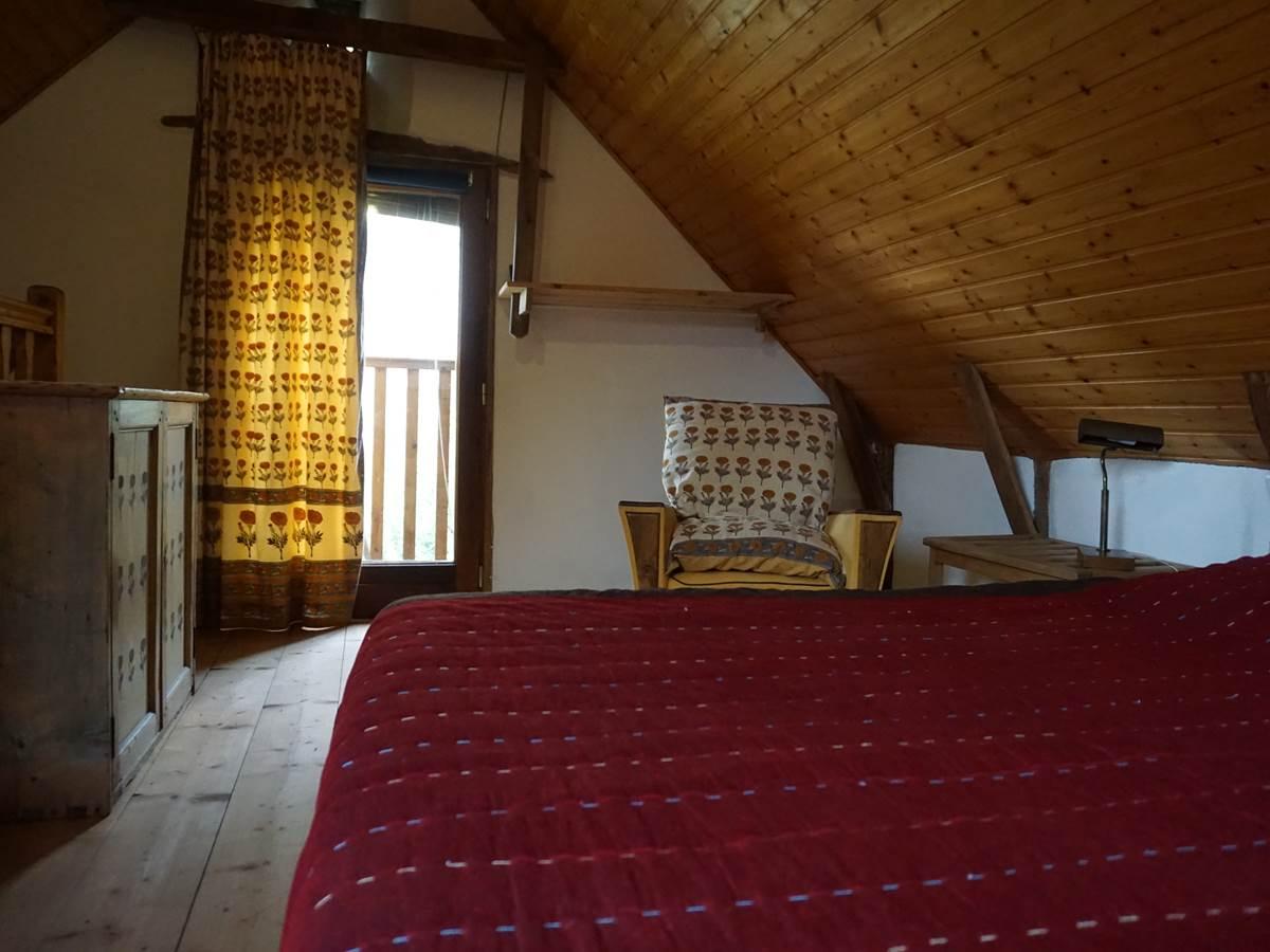 La chambre en mezzanine est située au-dessus du salon
