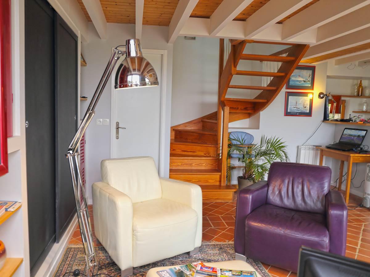 Salon et escalier vers les chambres