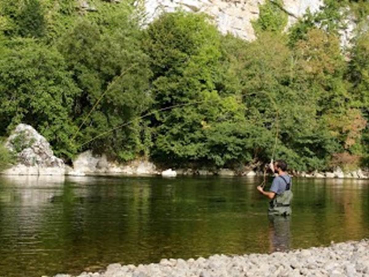 Pêcheur à la mouche , rivière Dordogne