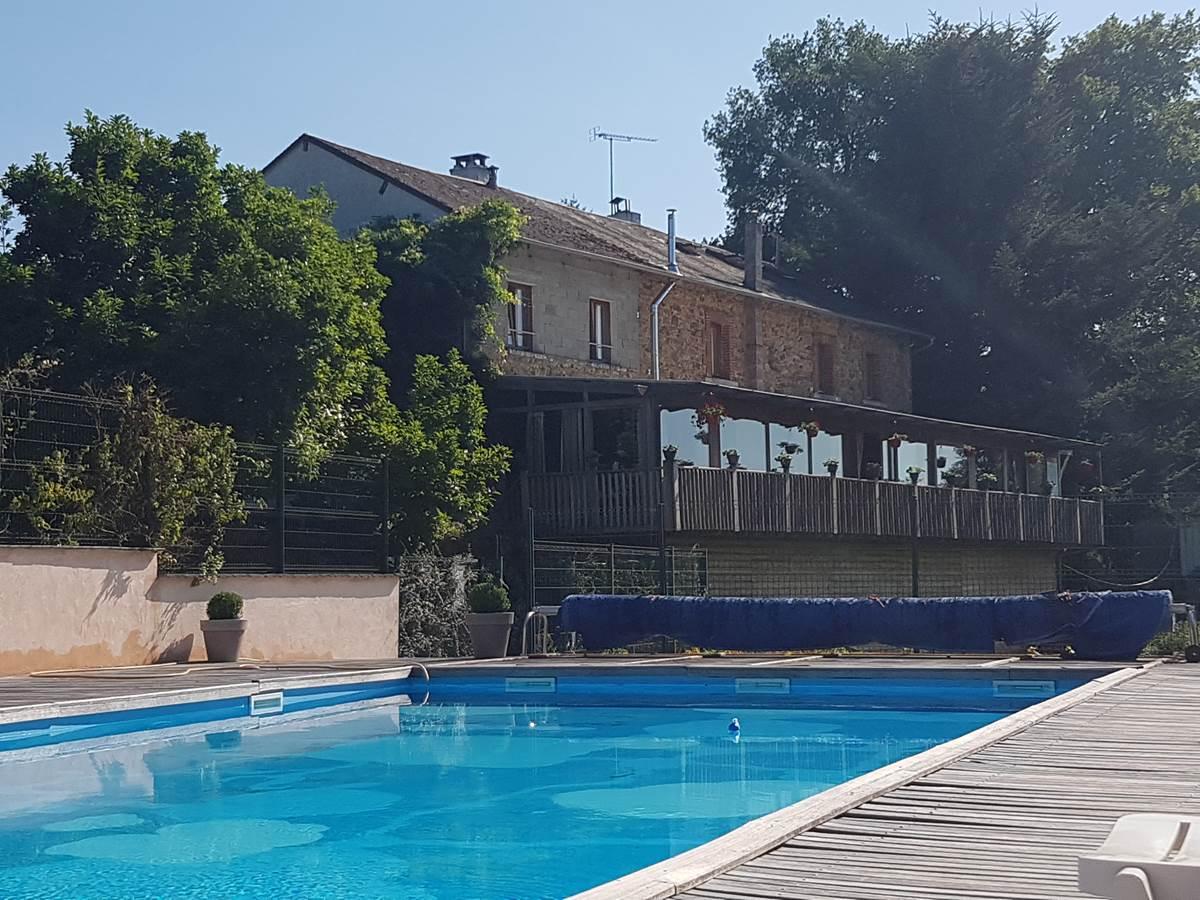 La Maison vue depuis la piscine du Ranch des Lacs