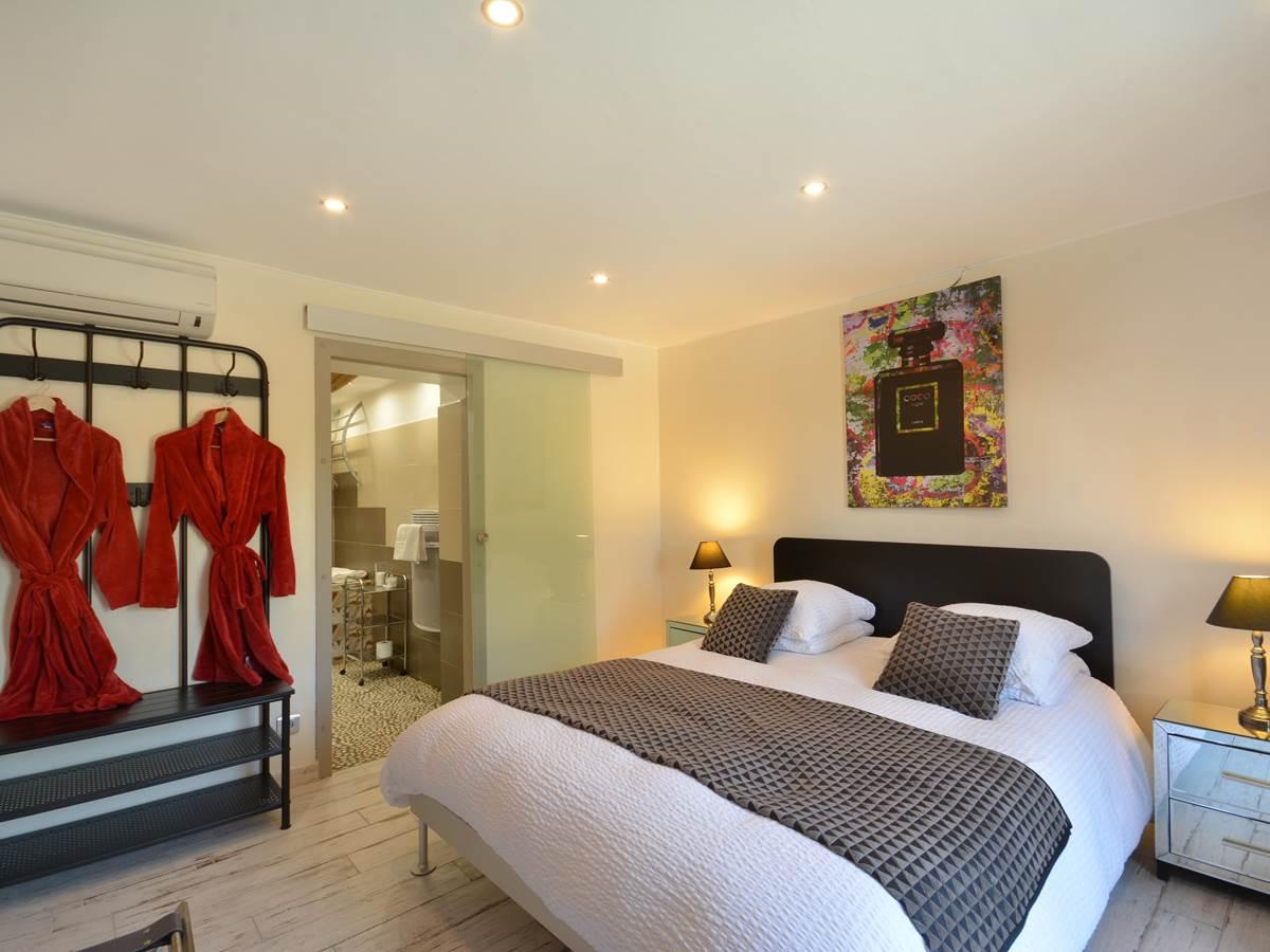 la chambre de julien , queen size bed