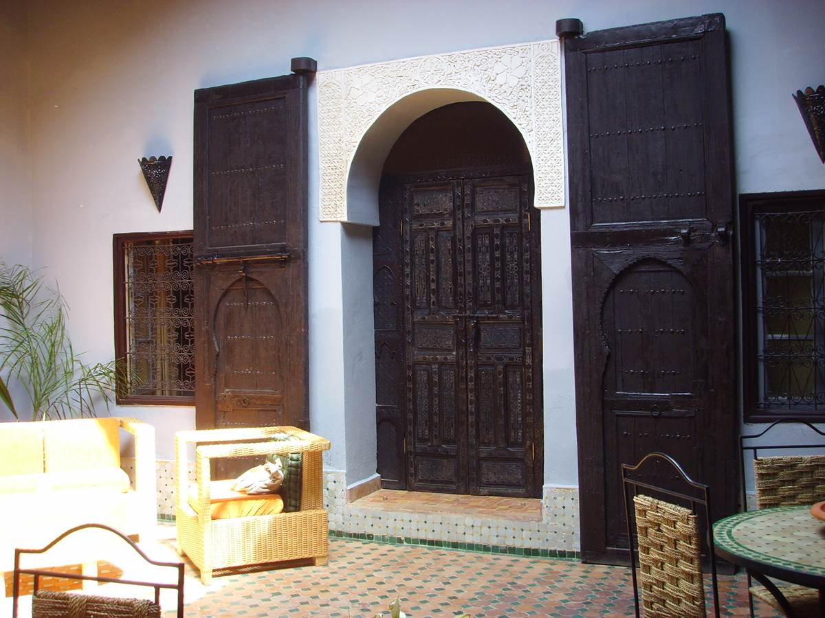 Les superbes portes en cèdre du riad Menthe et Citron à Meknès