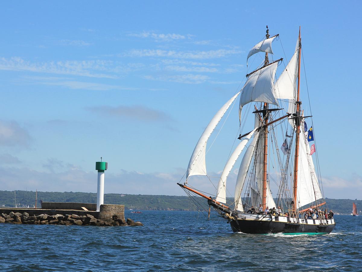 Le bateau La Recouvrance rentre au port
