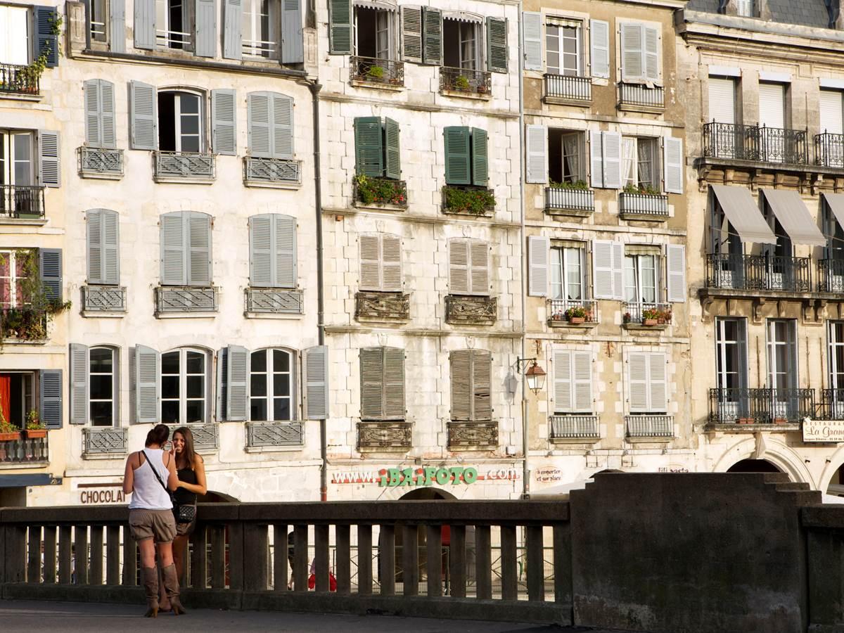 Bayonne Construite à la confluence de l'Adour et de son affluent, la Nive
