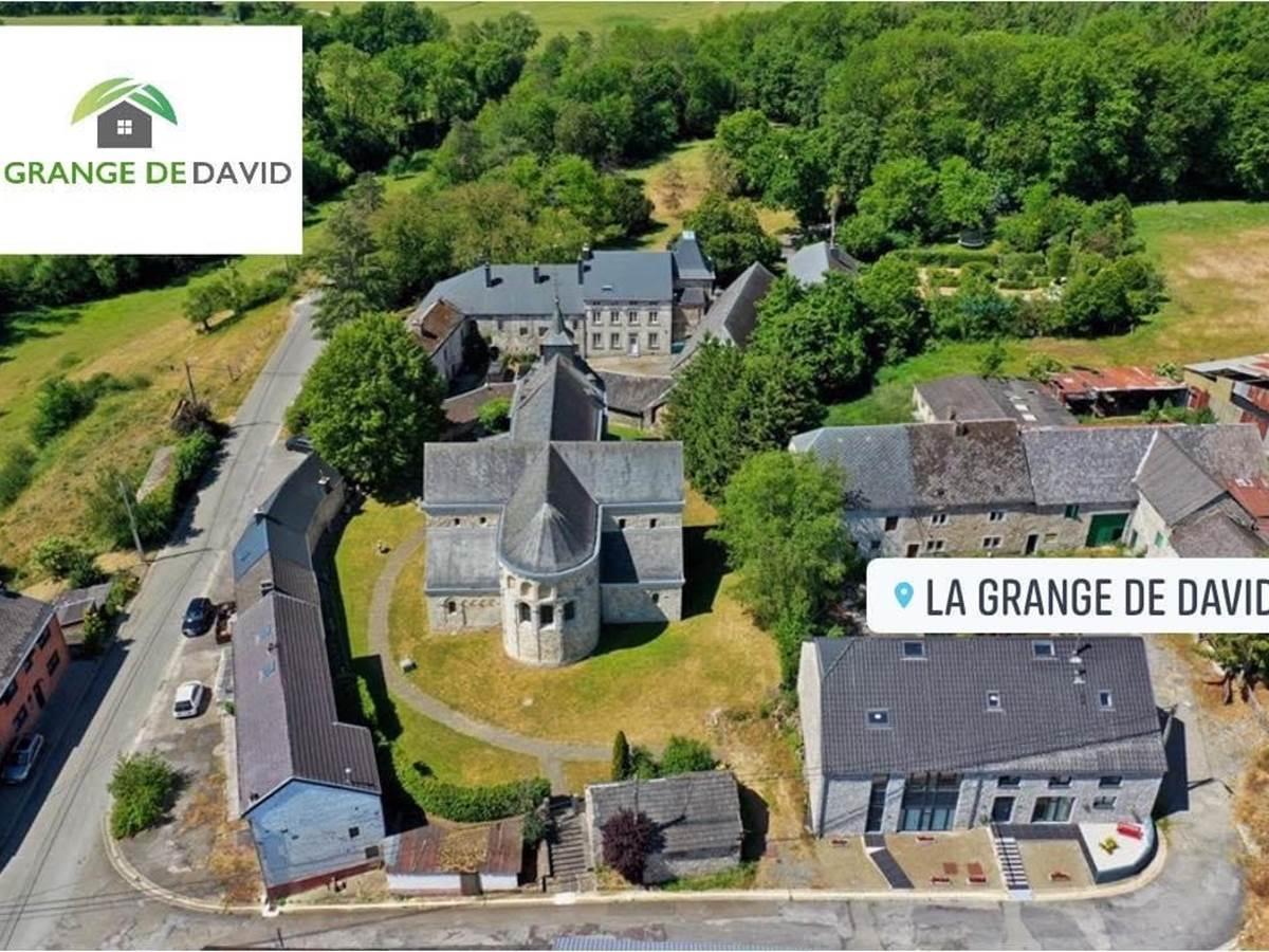 Vue aérienne du hameau de Xhignesse logé dans la verdure