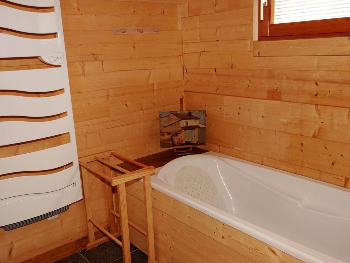 Salle de bains du premier niveau attenante à la chambre 1