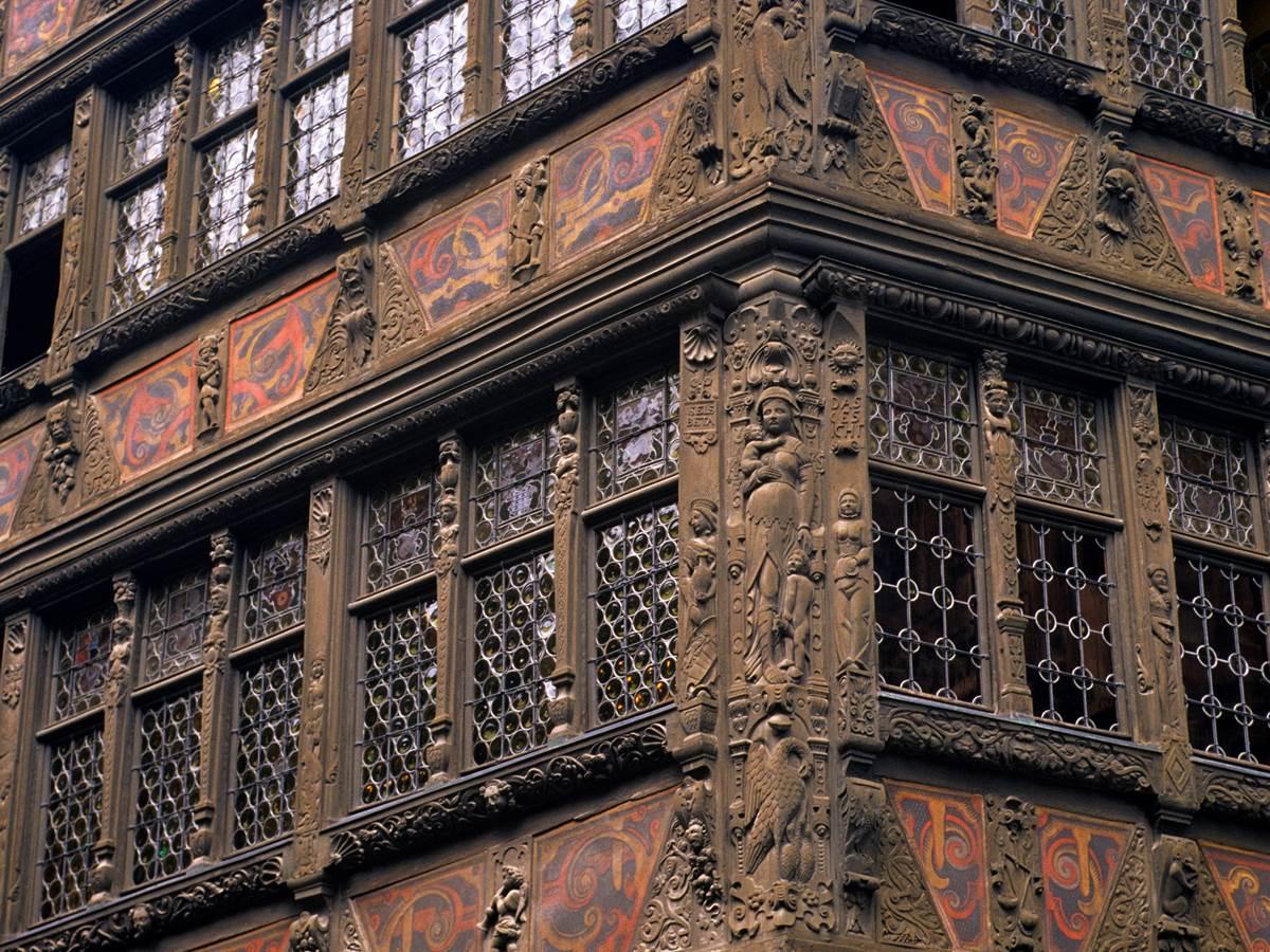 La maison Kammerzel et ses étonnants décors de façade sculptés en bois